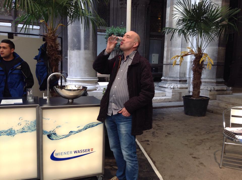 Comune di Vienna - Natale Salvo assaggia l'acqua del sindaco