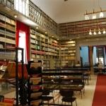 Il sindaco Damiano chiude la porta della Biblioteca Fardelliana