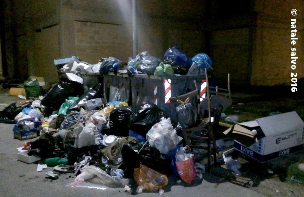 Cumuli di rifiuti in via S. Francesco di Paola