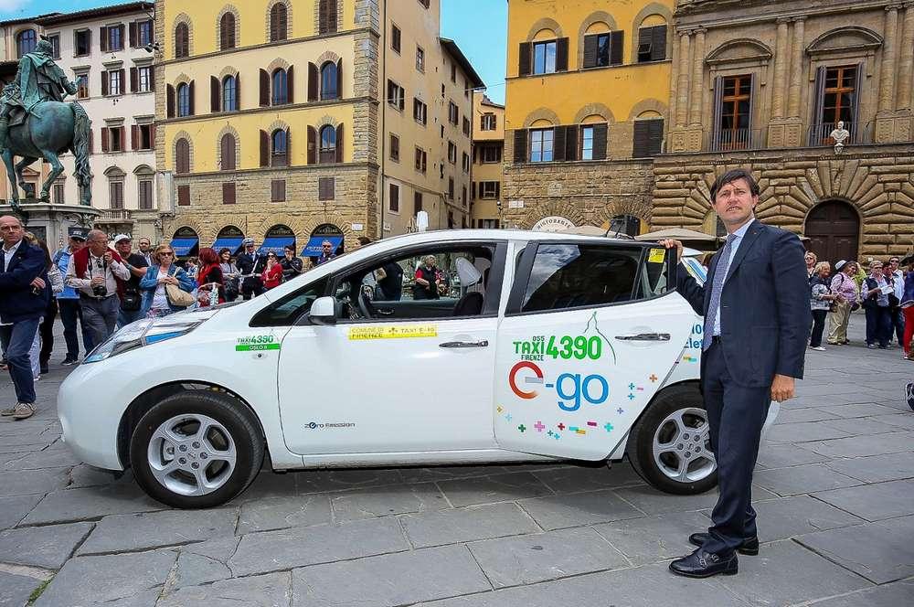 Nissan-Leaf-Taxi-Firenze-con-sindaco