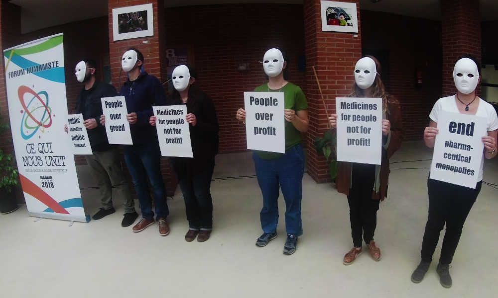 Protesta anti Big Pharma al Forum Umanista