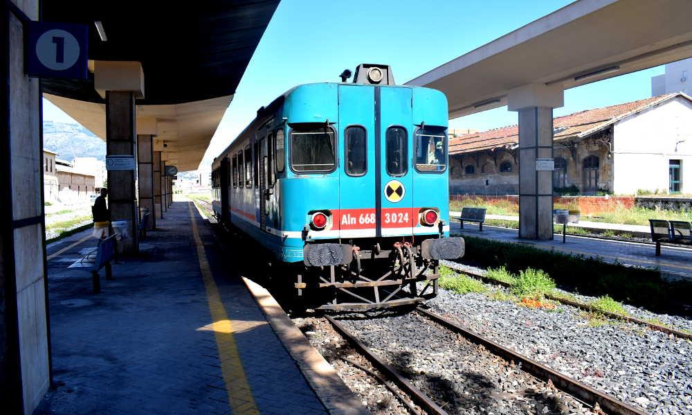 Treno Aln 668 linea ferroviaria Trapani-Marsala 2019