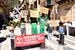 Extiction Rebellion - un momento della manifestazione di Castellammare