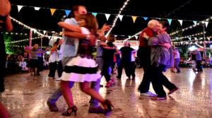 Anziani ballano in Centro Sociale