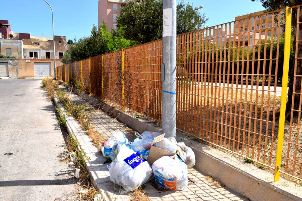 Esterno centro Nino Via - Abbaandono chiama rifiuti