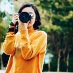 Donna realizza una foto © Marco Xu - UnSplash